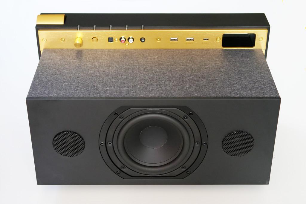Trois haut-parleurs sont visibles, le quatrième est un caisson de basses installé derrière le haut-parleur médium.