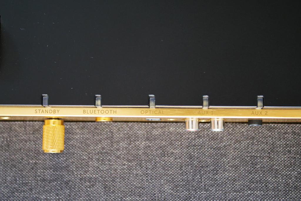 Les différentes entrées vue du dessus avec leur LED indicatrice : optique, aux1 (analogique sur RCA) et aux2 (analogique sur mini jack).