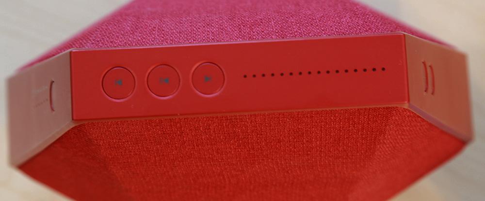 Boutons de lecture de piste audio et indicateurs lumineux sur le dessus de l'enceinte