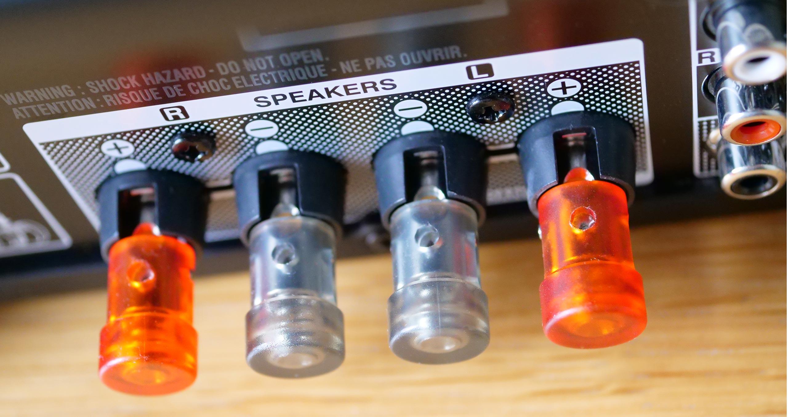 Les borniers poussoirs pour les câbles haut-parleurs sont bien protégés, mais ils acceptent essentiellement du 1,5mm2 de diamètre seulement.