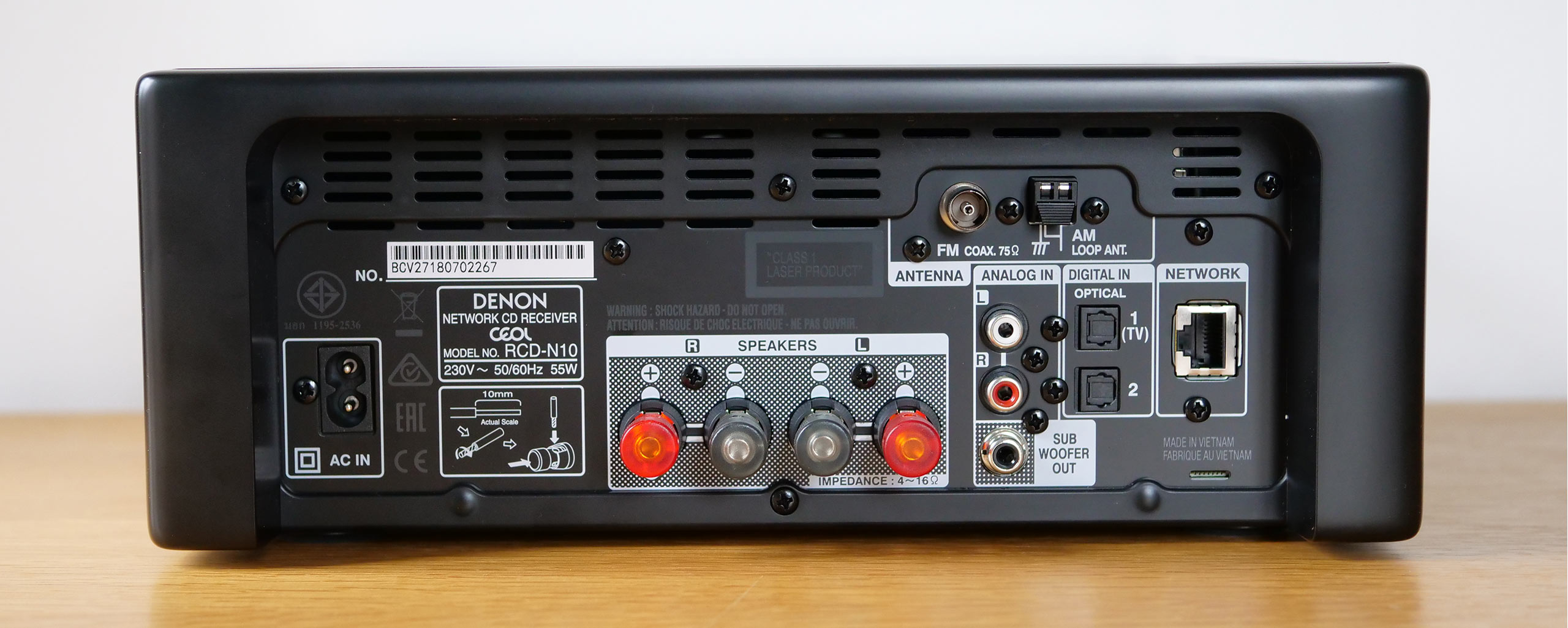 Entrées numériques et analogique, antenne FM et prise réseau suffisent à accéder à une infinité de contenus audio. Il y a même une sortie pour un caisson de basses additionnel.