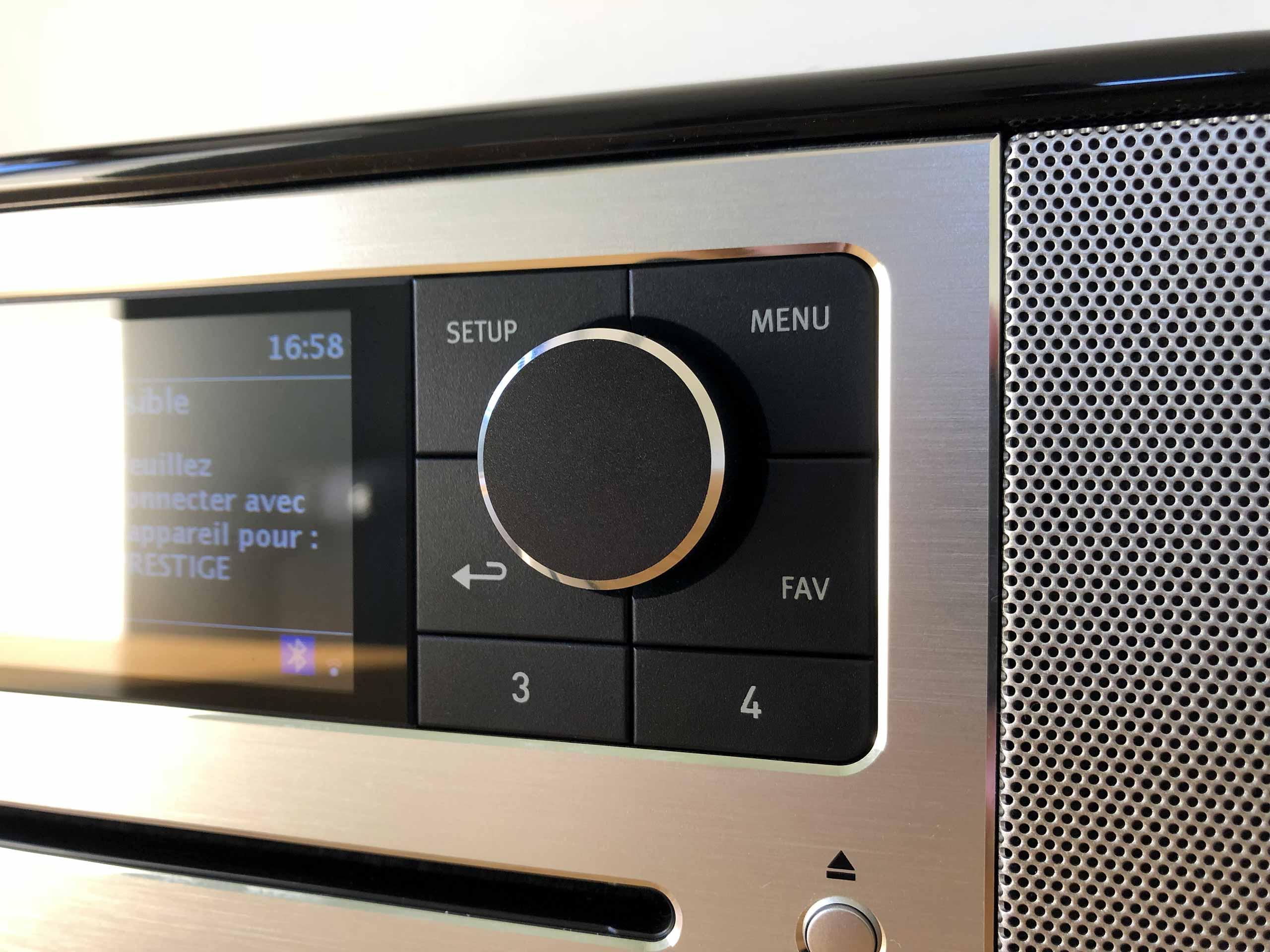Panneau de contrôle avec les boutons de commande et l'écran couleur 6 cm de la mini-chaine HiFi connectée Sonoro PRESTIGE
