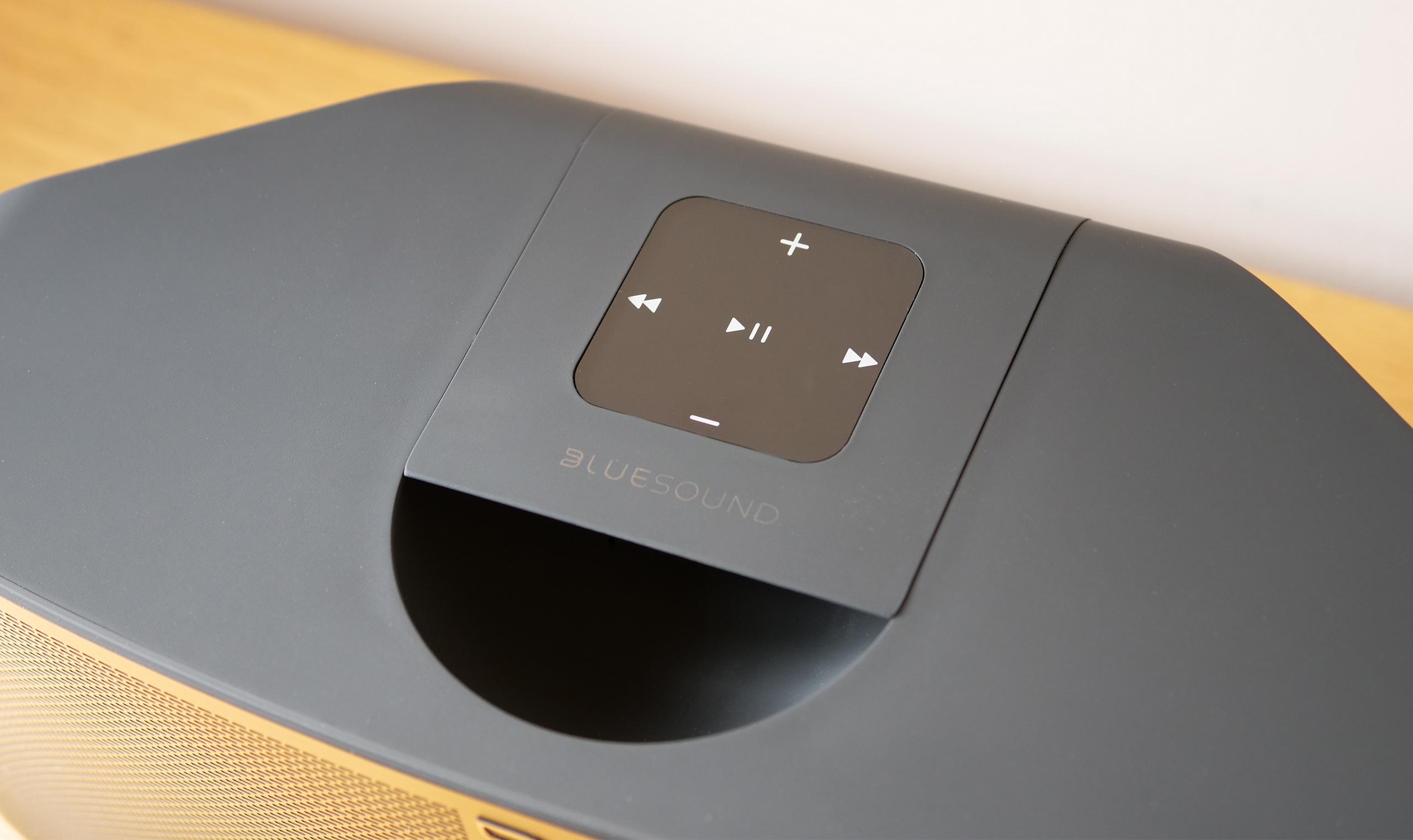Un pavé de cinq boutons positionné sur l'enceinte donne accès aux fonctions essentielles. Cela évite de sortir son smartphone pour mettre la musique en pause par exemple.