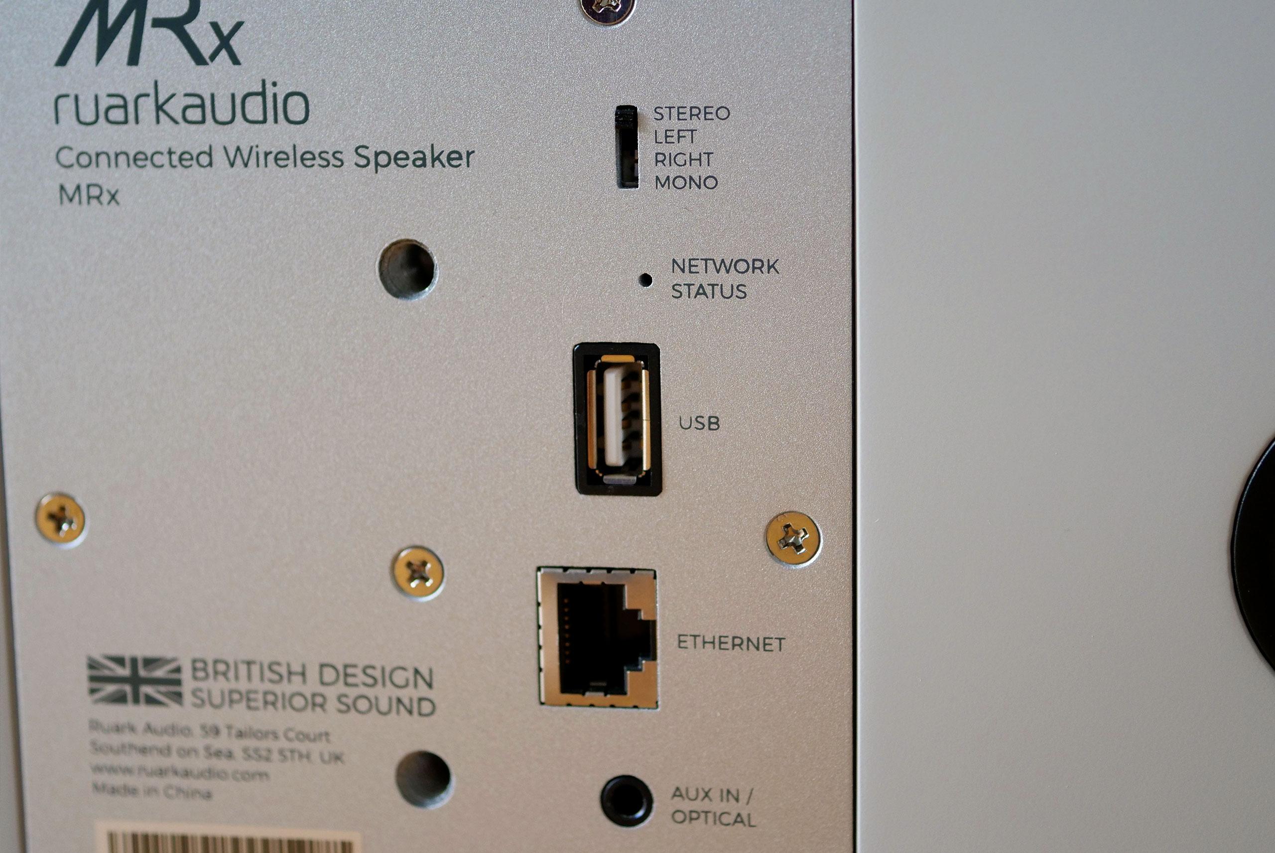 Trois connecteurs essentiels pour accéder à une multitude de sources audio: USB, Ethernet et mini-jack.