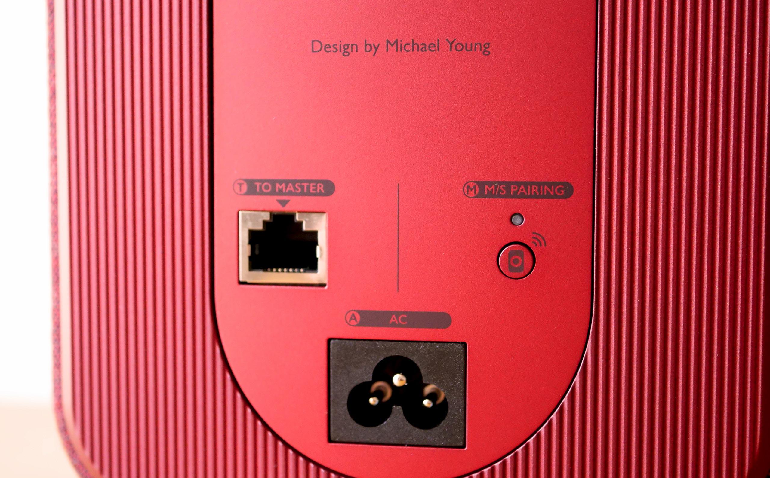L'enceinte Slave possède un seul connecteur RJ45 destiné à recevoir le son depuis l'enceinte Master. Liaison filaire obligatoire seulement pour les écoutes musicales haute définition en 24 bits / 96-192 kHz.L'enceinte Slave possède un seul connecteur RJ45 destiné à recevoir le son depuis l'enceinte Master. Liaison filaire obligatoire seulement pour les écoutes musicales haute définition en 24 bits / 96-192 kHz.