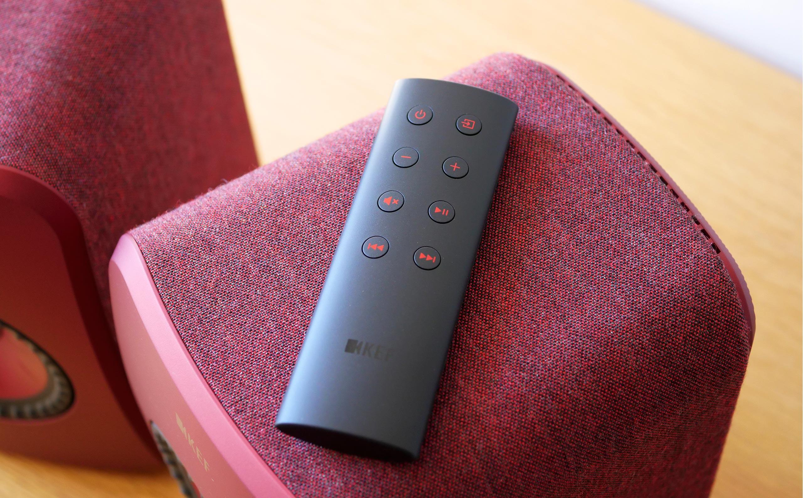 La télécommande des Kef LSX Wireless va à l'essentiel avec très peu de touches.