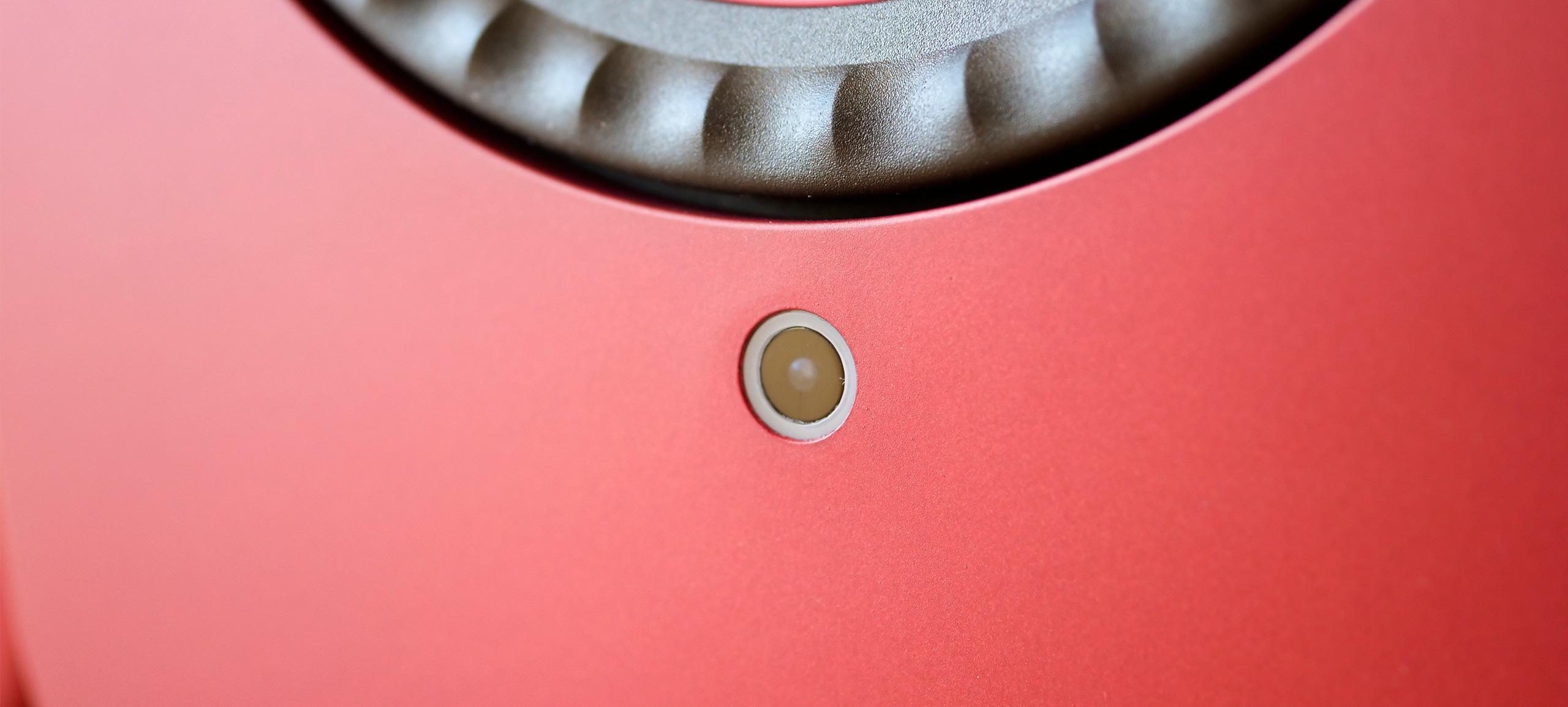 Sur l'enceinte Master, le petit voyant en forme de cercle entoure le récepteur infrarouge de la télécommande.