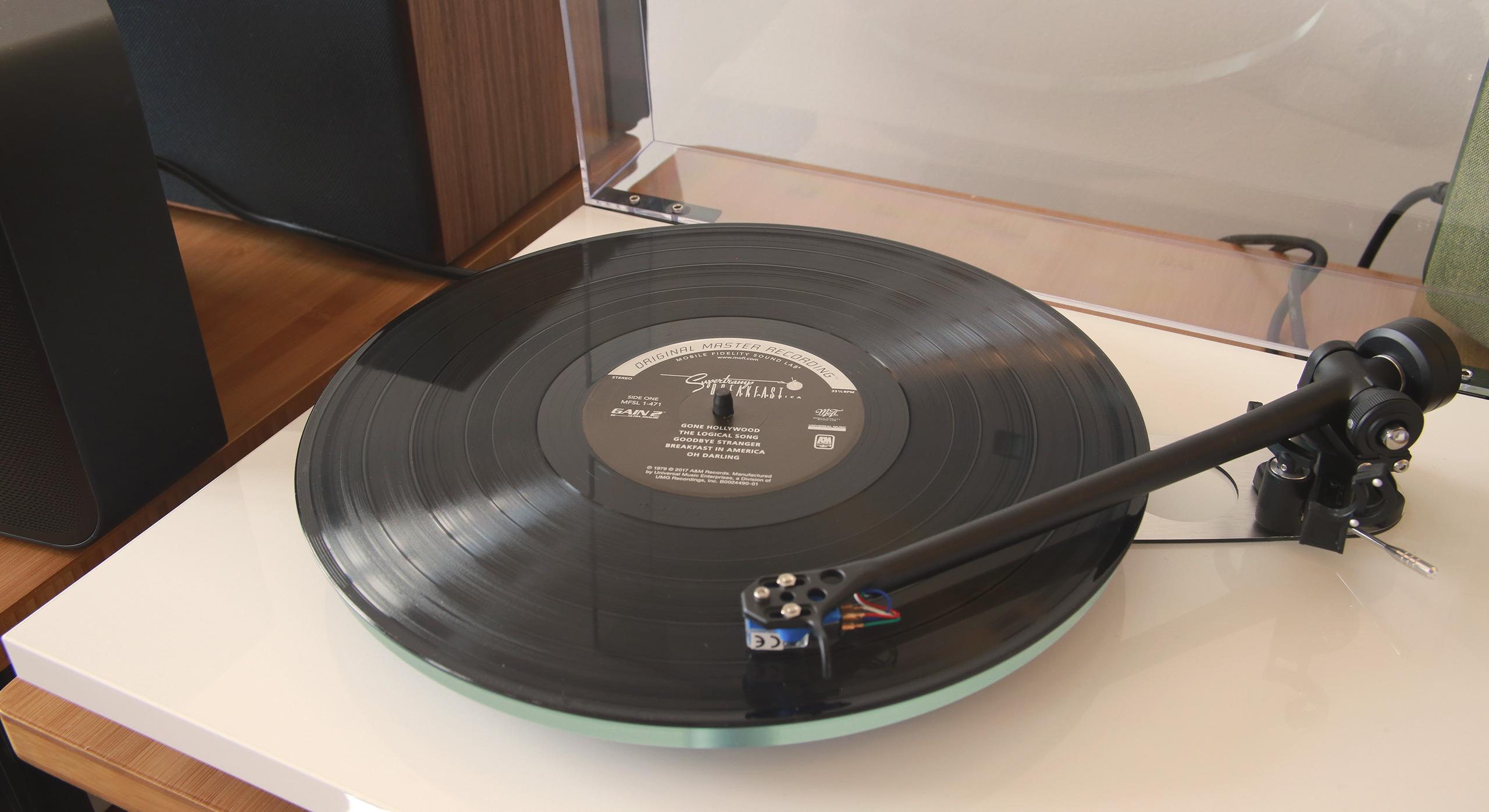 Le disque vinyle Supertramp Breakfast in America disposé sur la platine vinyle Rega Planar 3
