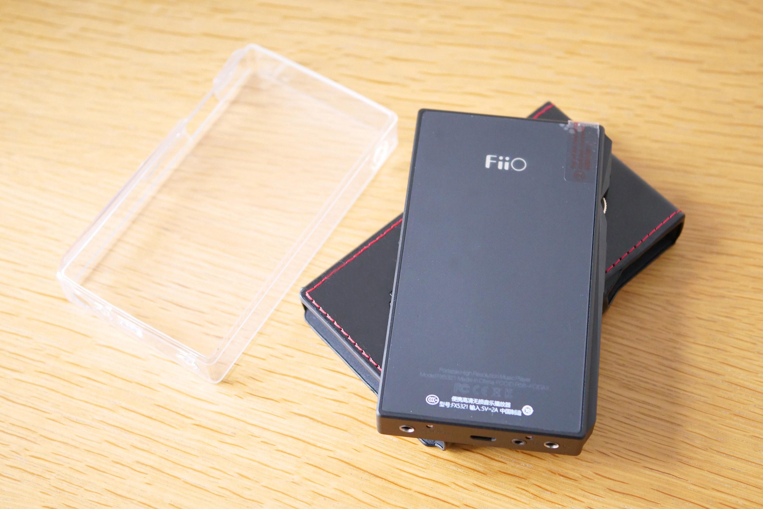 La coque transparente est livrée avec le baladeur, celle en cuir est en option.