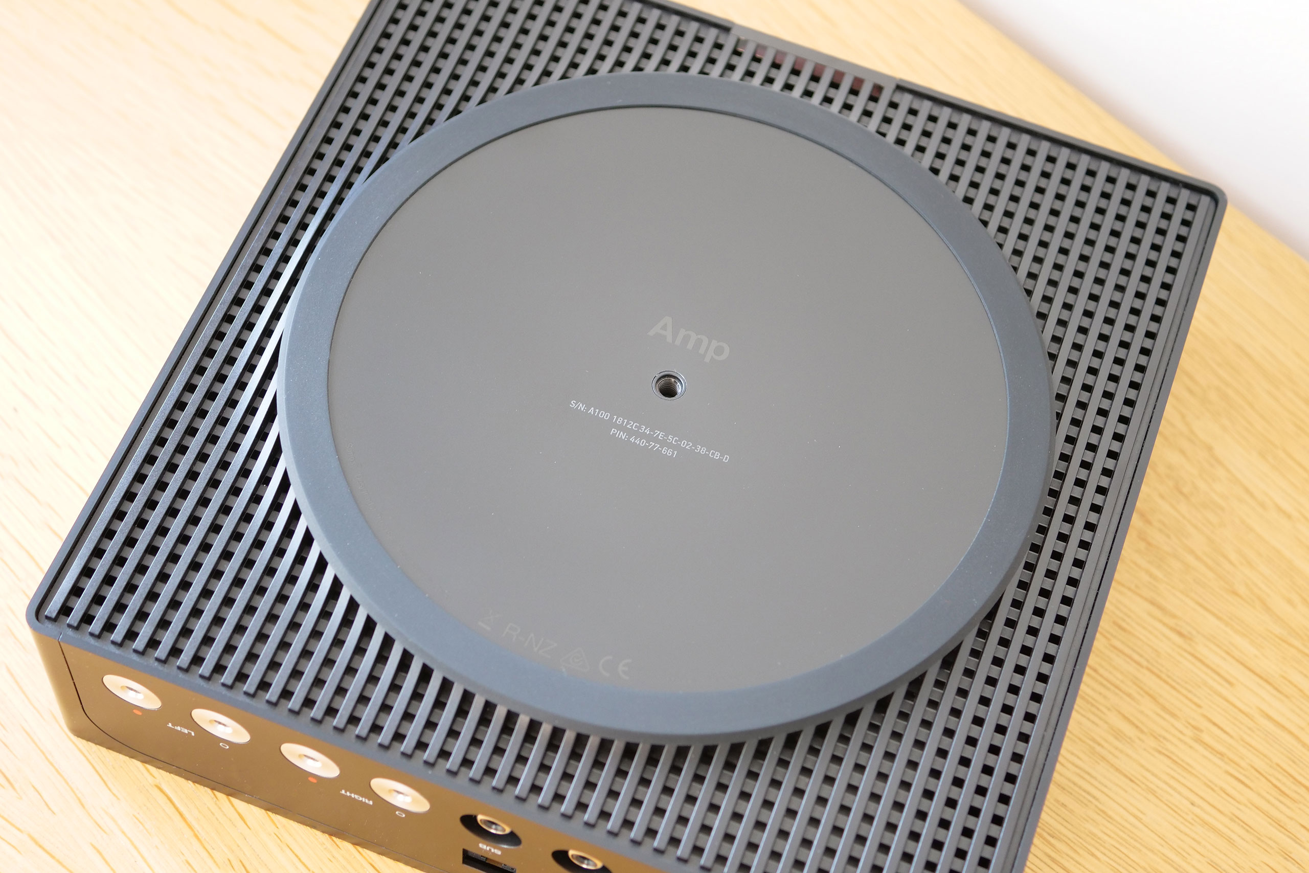 L'air rentre tout naturellement pas les nombreuses stries sous le Sonos Amp.