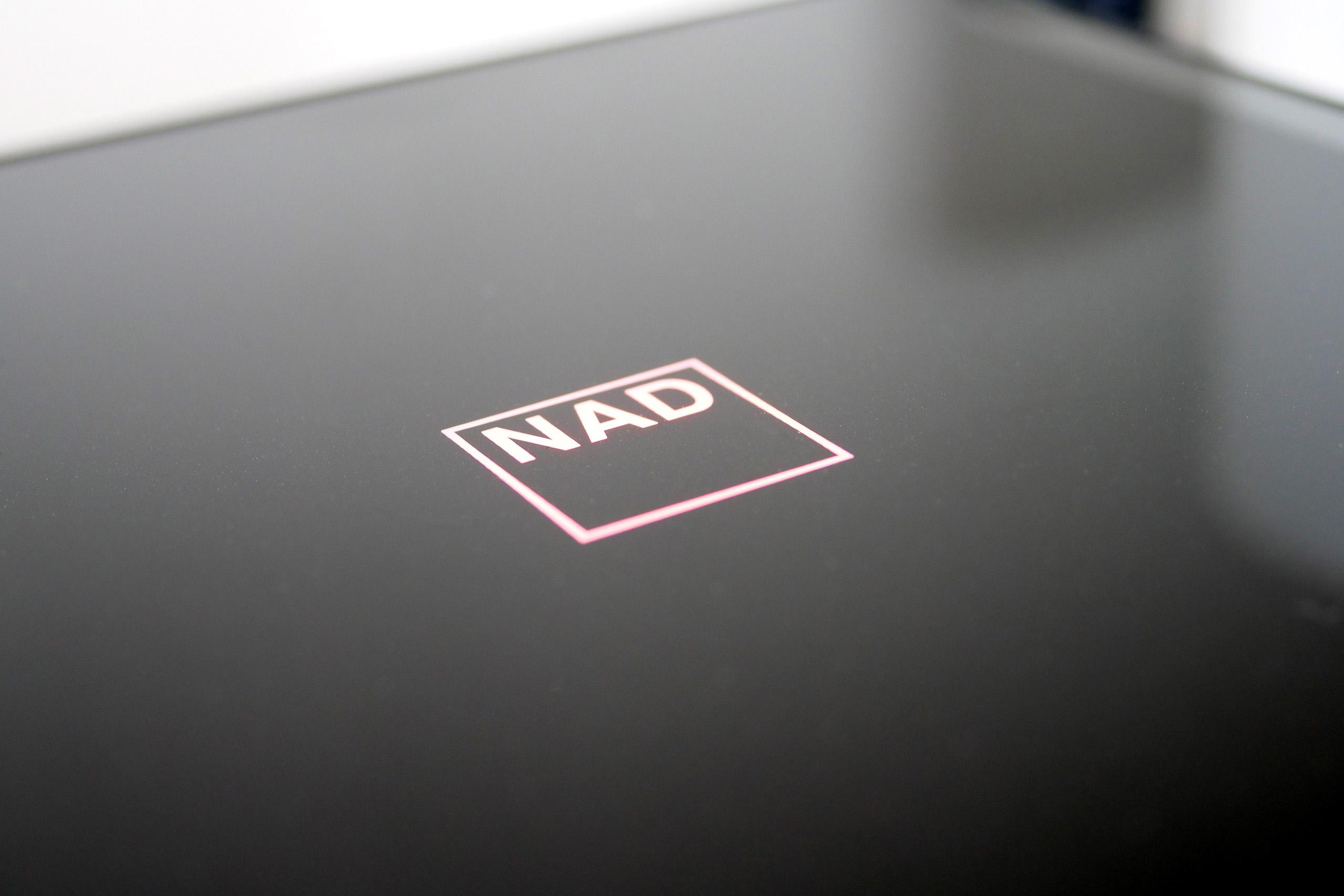 Le dessus du boitier NAD M10 est recouvert d'une plaque de verre
