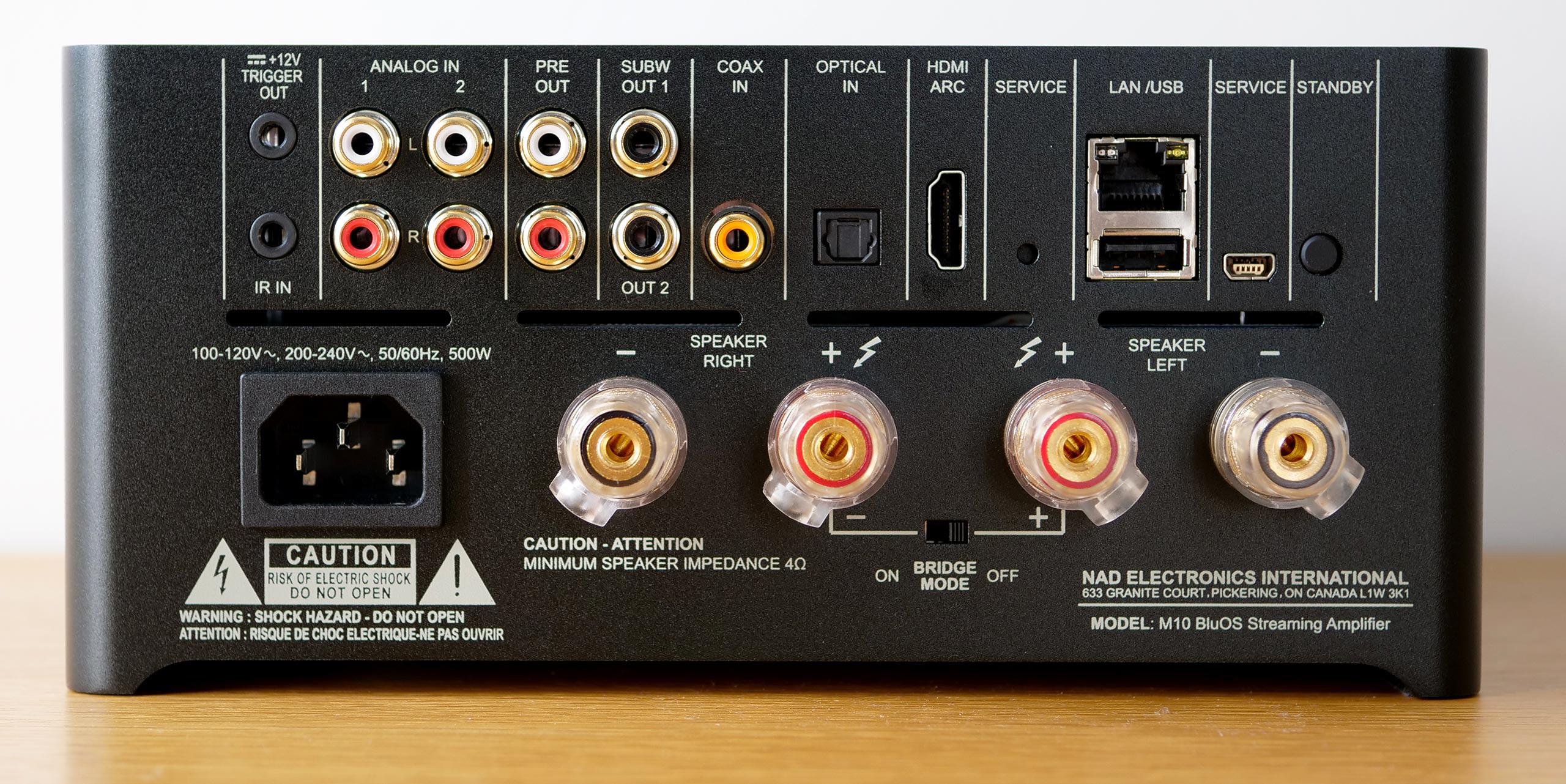 Les connectiques audio-vidéo de l'ampli NAD M10 : entrées audio analogiques / numériques et les borniers HiFi