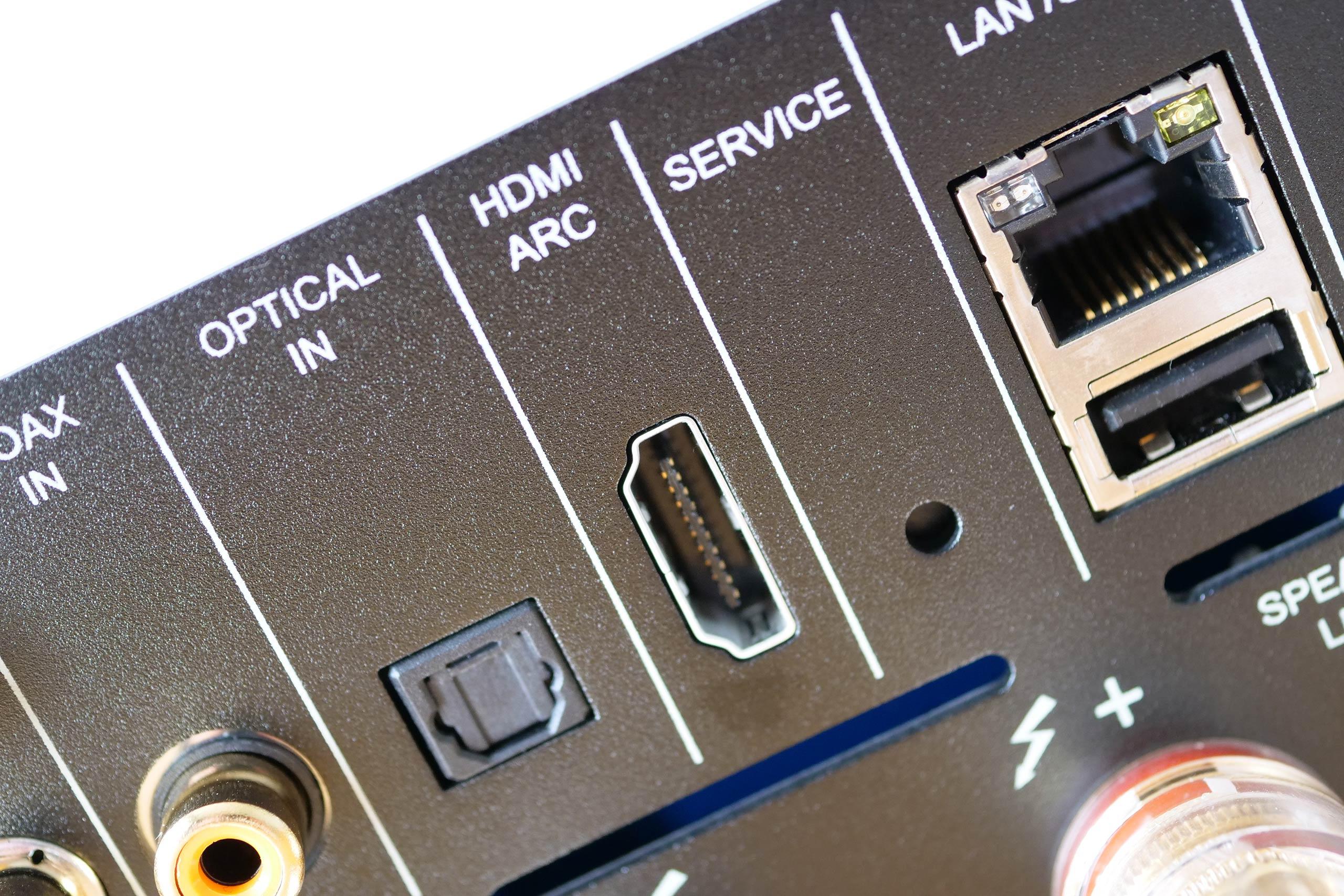 Les nombreuses connectiques audio du NAD M10 en face arrière