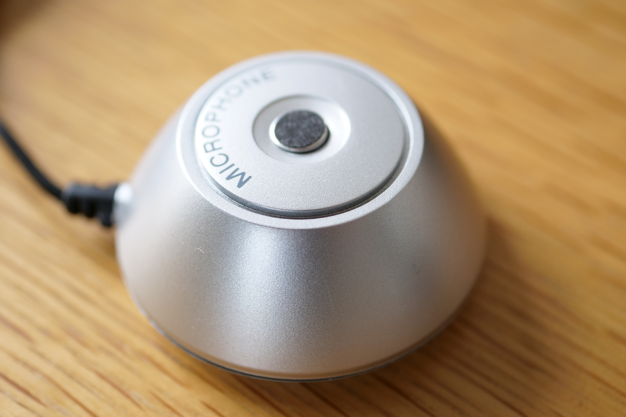 Le microphone livré pour le calibrage Dirac Live de l'ampli HiFi NAD M10