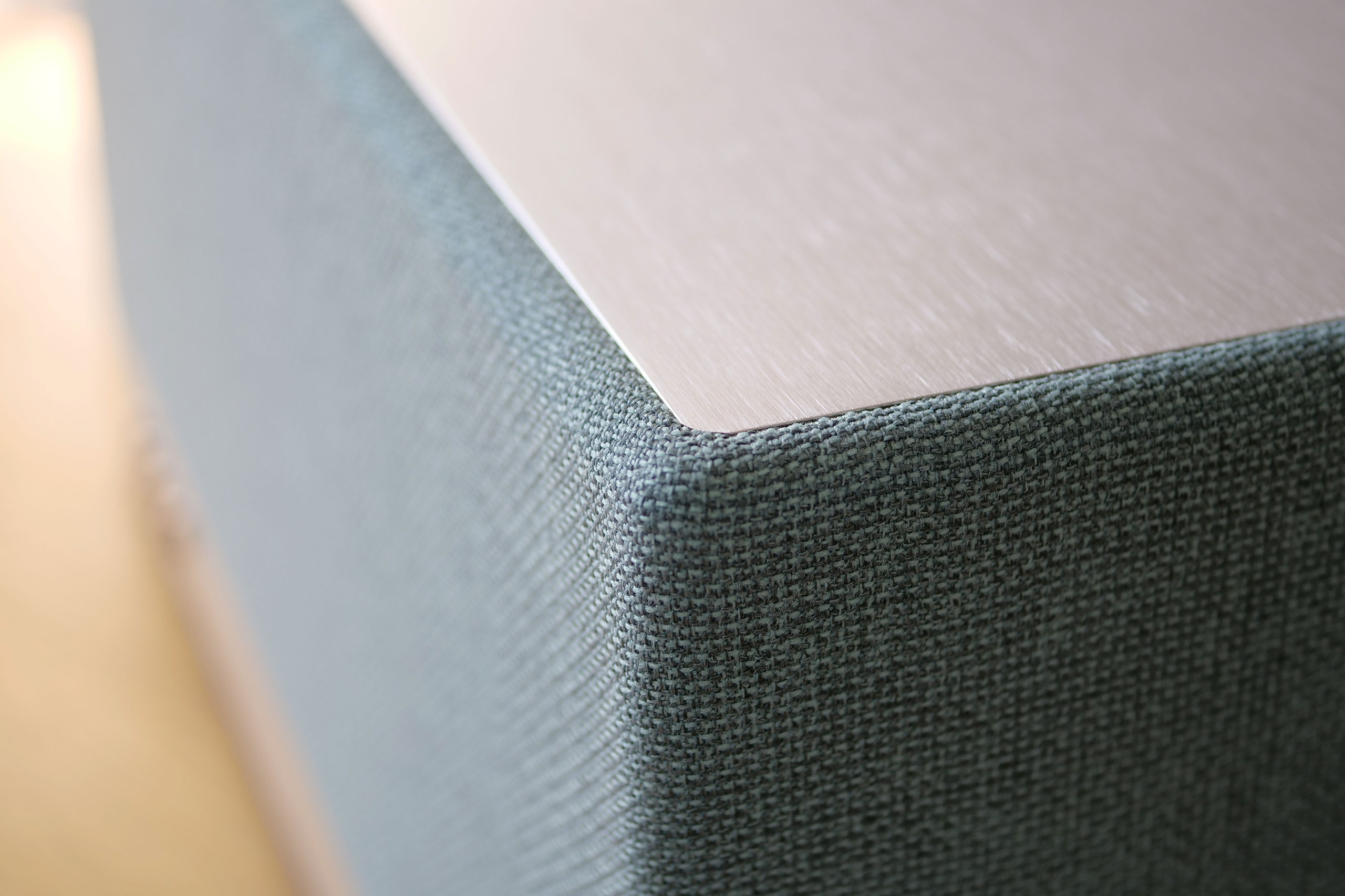 L'AIO 3 fait appel à un tissu très tendance recouvrant une bonne partie de l'enceinte, ici dans son coloris bleu.