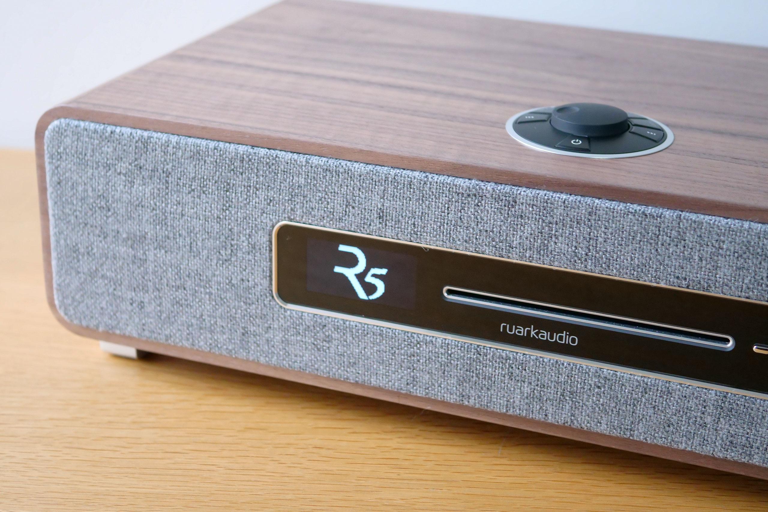 L'écran OLED affiche le logo R5 à l'allumage de la mini-chaîne.