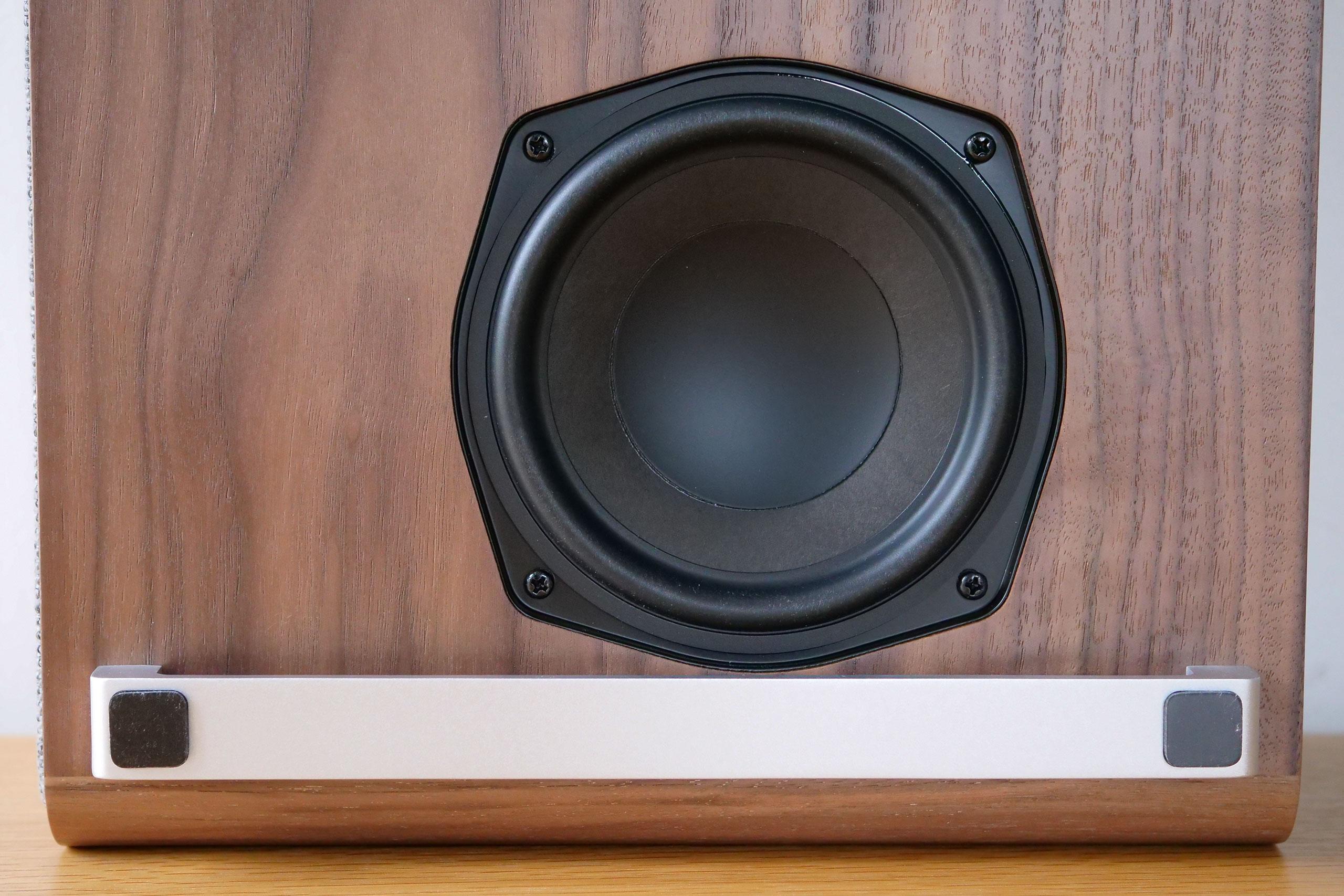 Le haut-parleur de grave est situé sous l'enceinte. Il est donc invisible et inaccessible en temps normal.