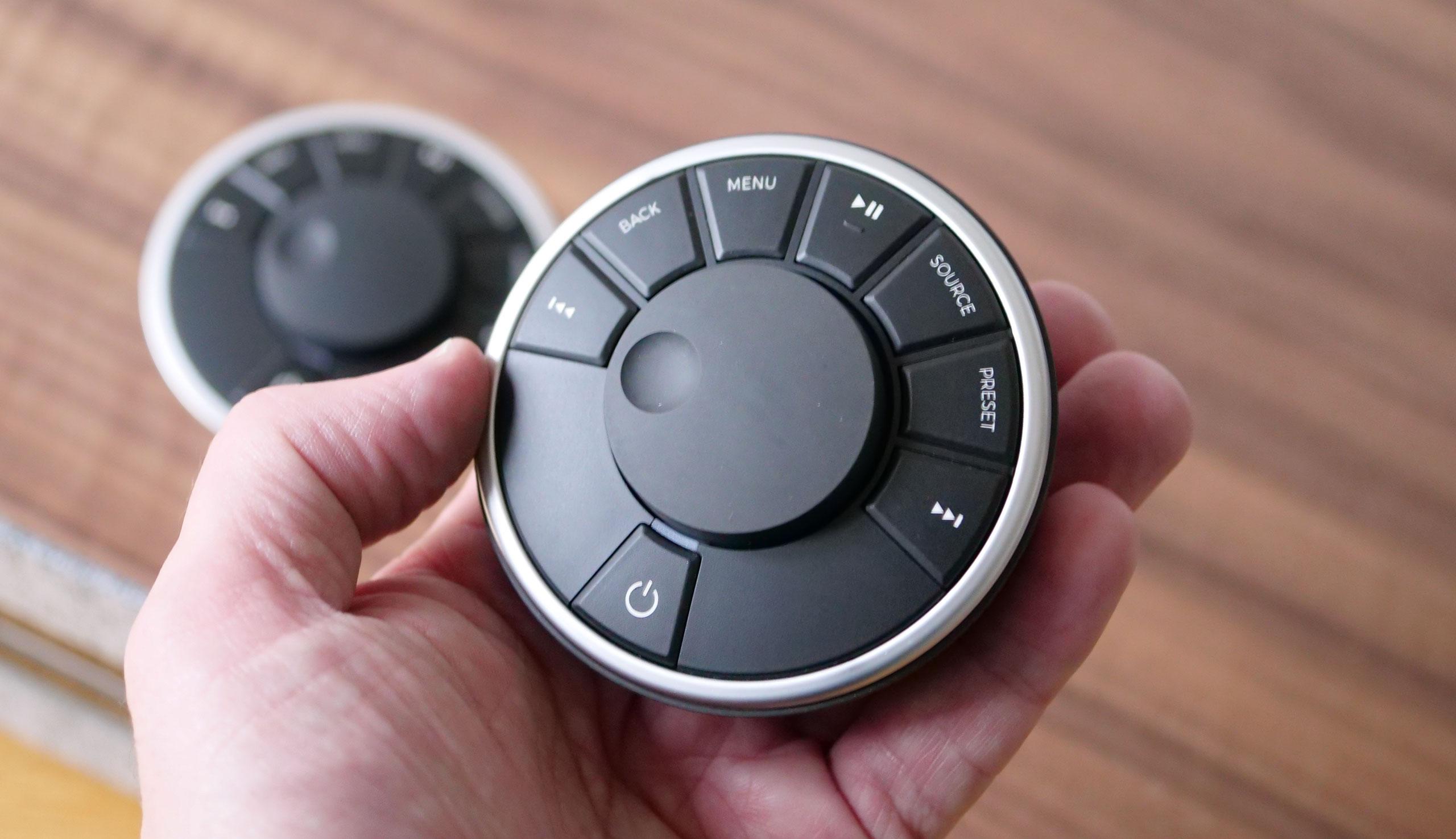 La télécommande reprend l'organisation des touches de la mini-chaîne à l'identique.