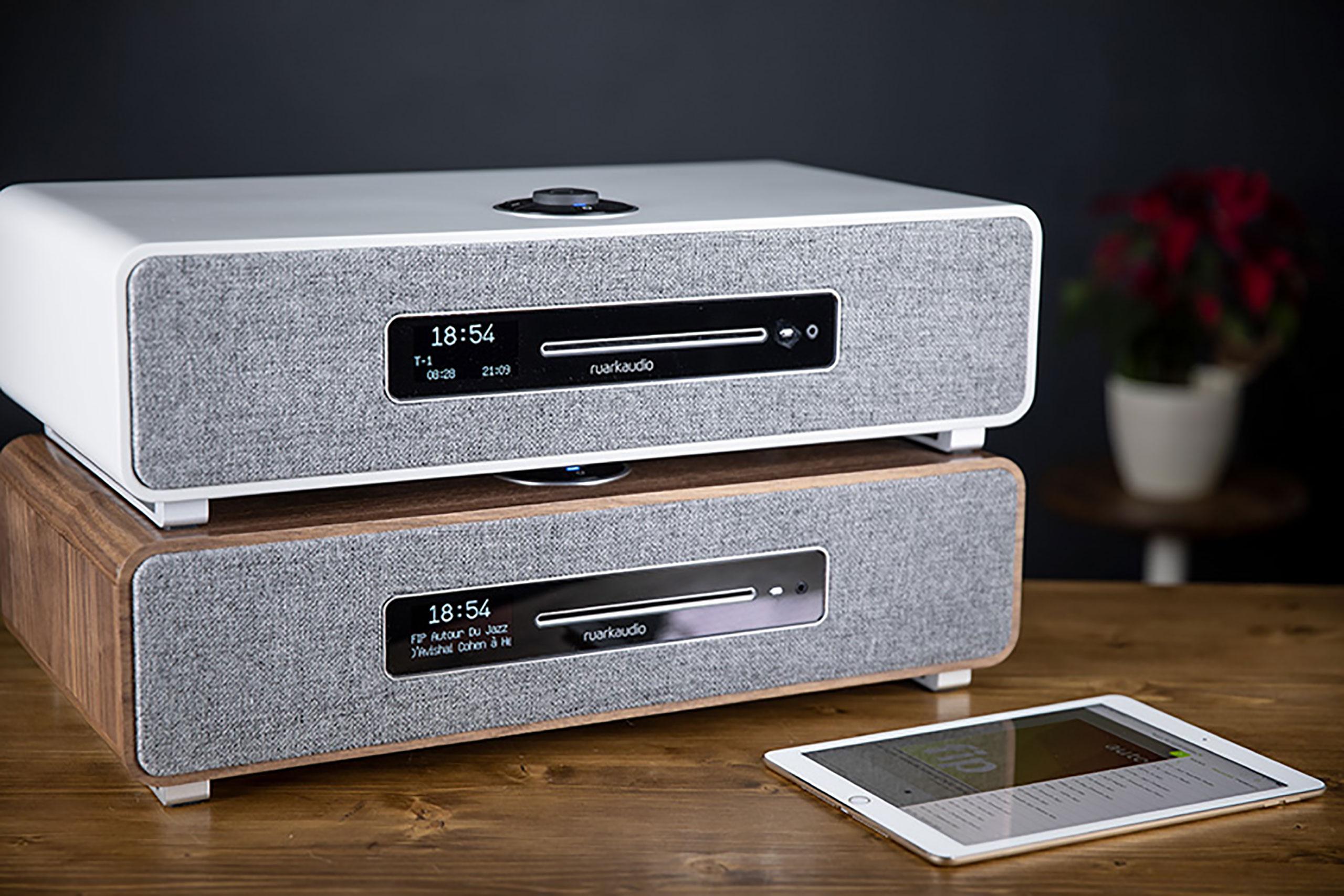 La Ruark Audio R5 est disponible dans deux coloris: un placage noyer ou une peinture grise mat.