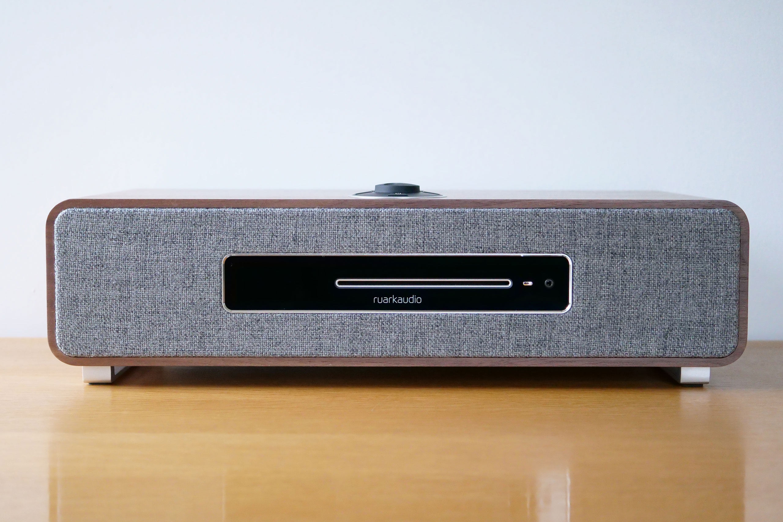 Test de la Ruark Audio R5 : la mini-chaîne HiFi stéréo tout-en-un FM/DAB/Internet avec lecteur CD et services de streaming, capable de remplacer des éléments séparés
