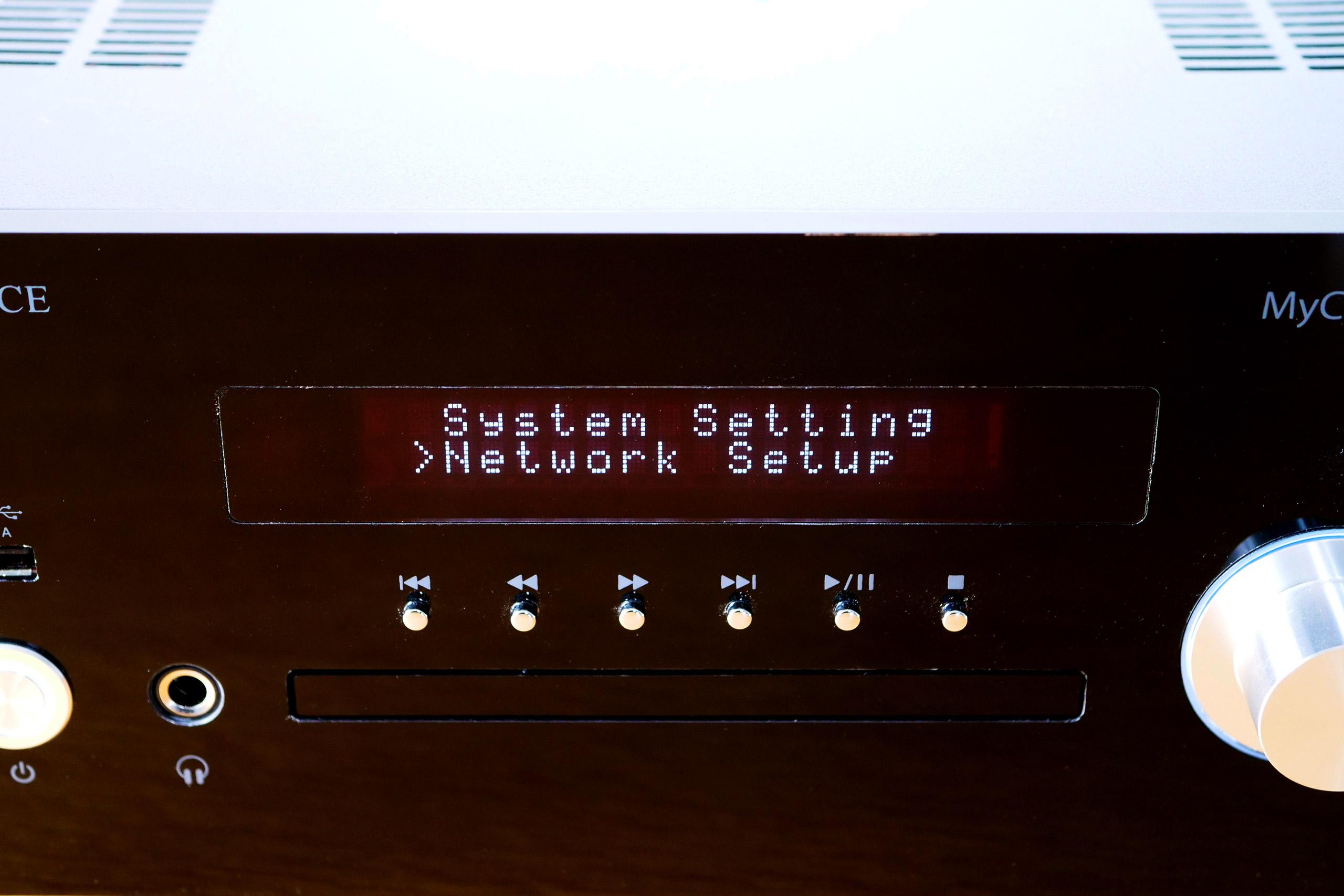L'afficheur textuel sur deux lignes informe du titre en cours de lecture. Il sert également au paramétrage de l'appareil.