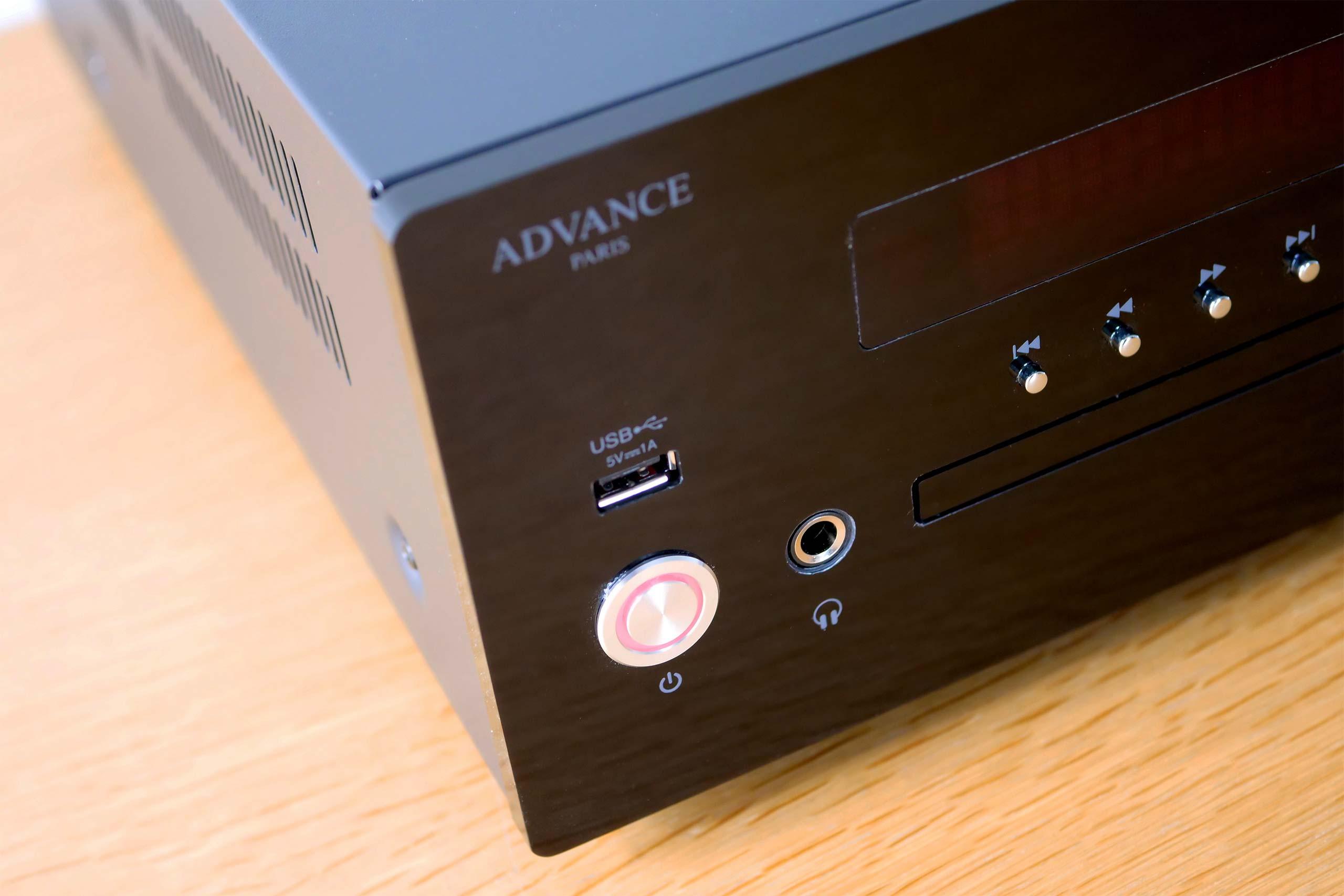 Un port USB et une sortie casque 6.35mm sont directement accessibles en façade de l'appareil.