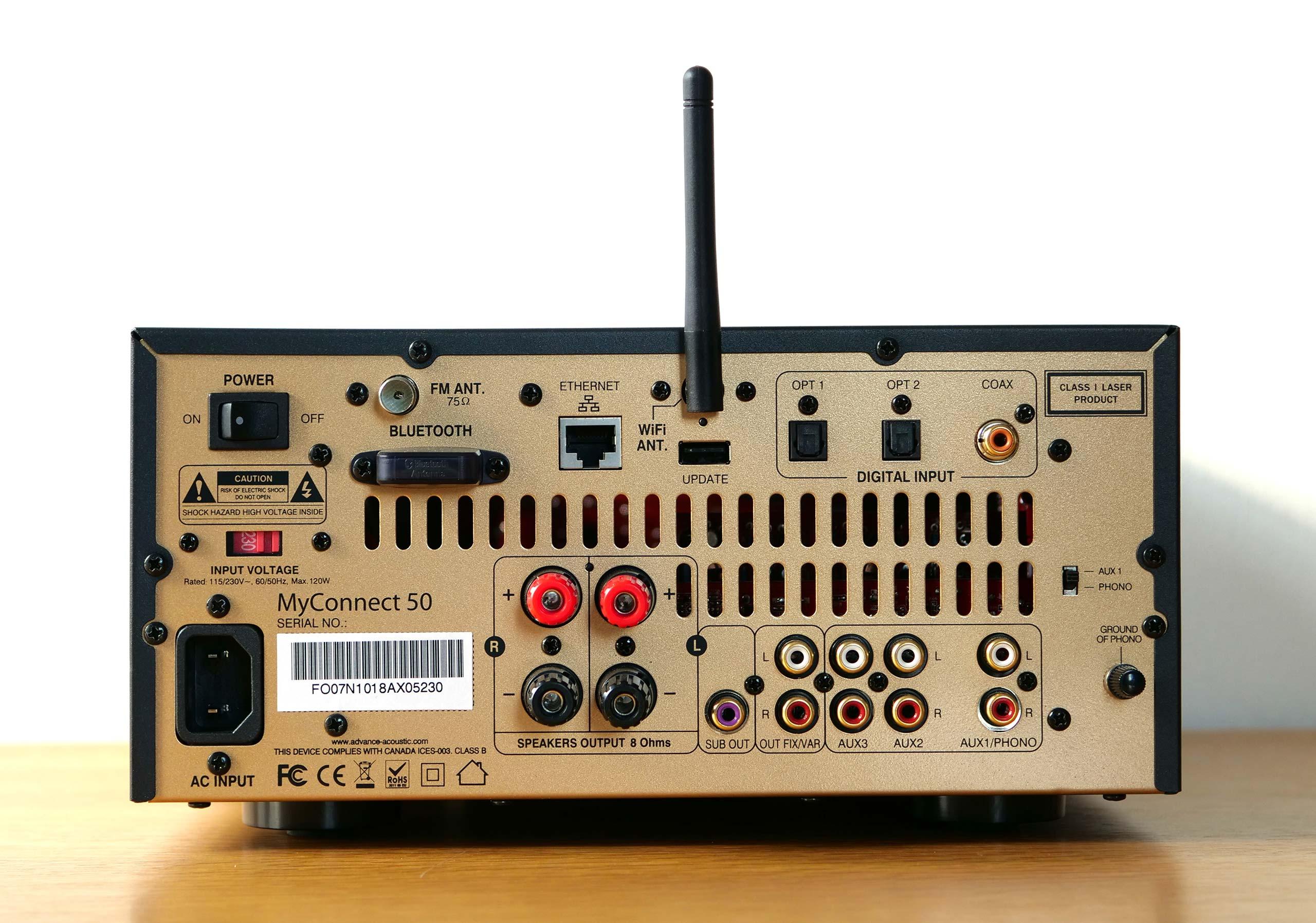 Sur la face arrière, les différentes connectiques sont réparties par zones: réseau et Bluetooth en haut à gauche, numérique en haut à droite, haut-parleur en bas à gauche, analogique en bas à droite.