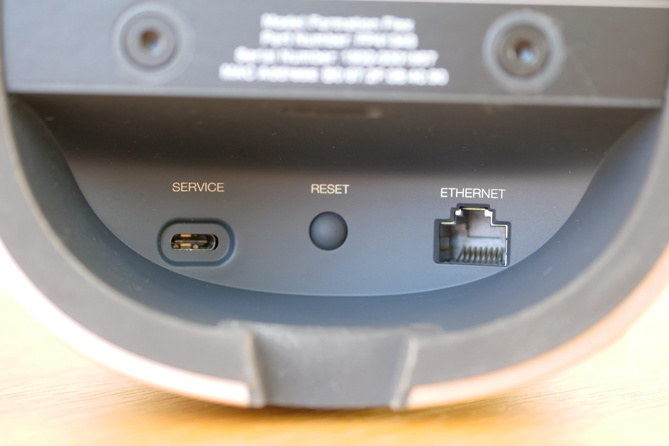 La connectique est réduite au minimum : alimentation, réseau Ethernet et l'USB dédié au service.