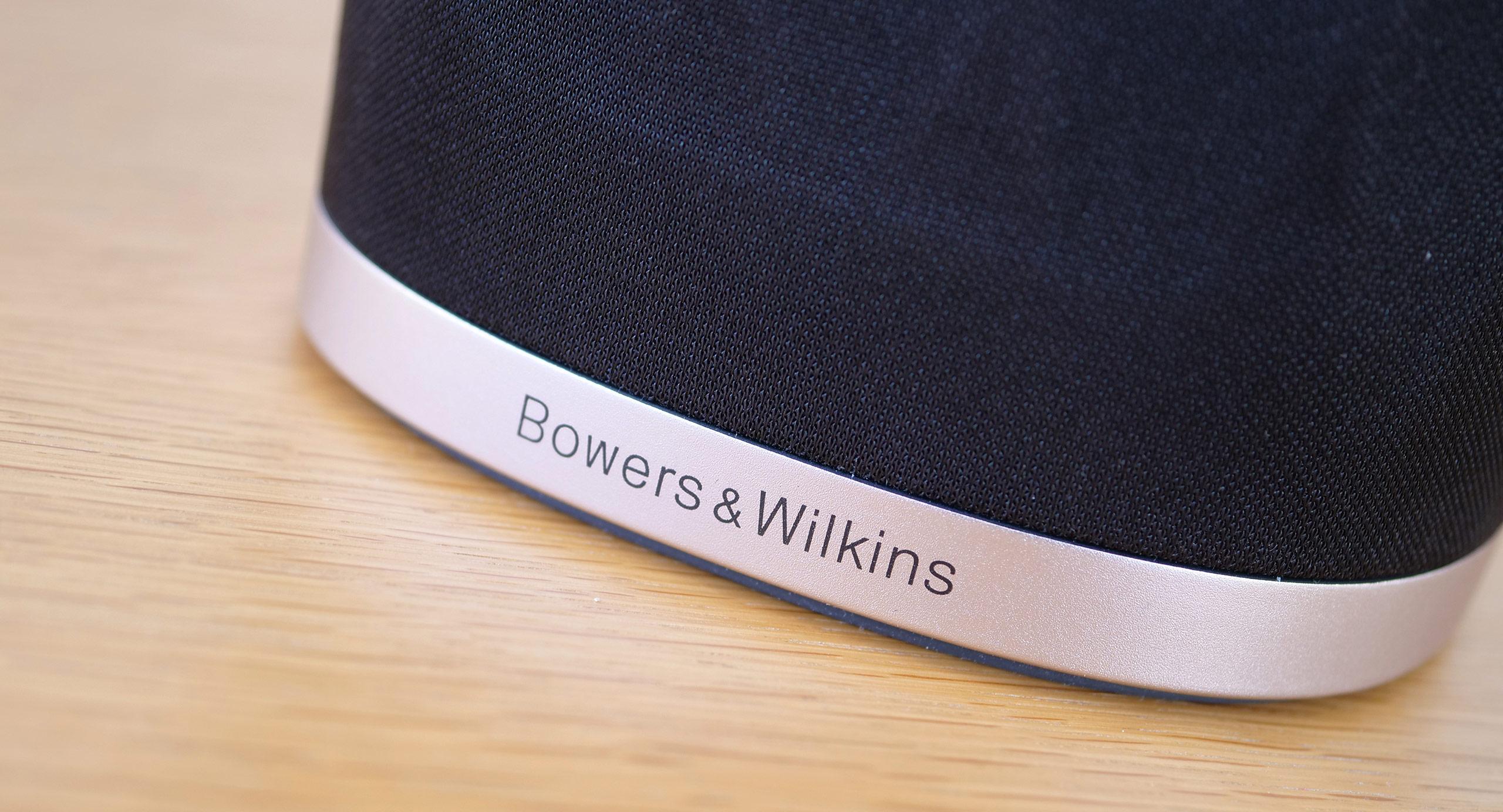 L'enceinte B&W Formation Flex bénéficie d'une très jolie finition entre métal, tissu et verre.
