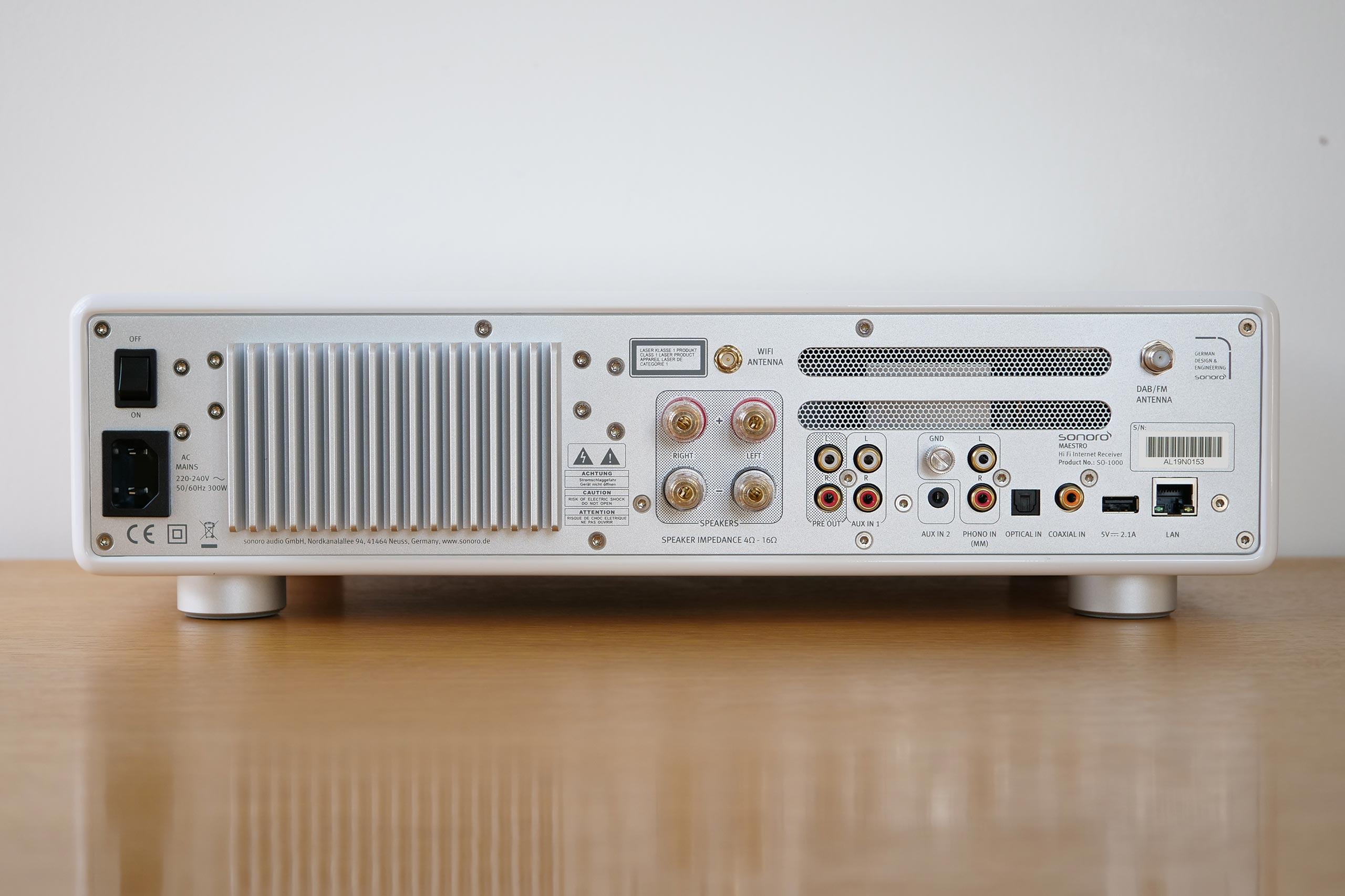Les différents connecteurs de la Sonoro Maestro sont regroupées à droite, le radiateur pour refroidir l'amplificateur intégré prend place à gauche.