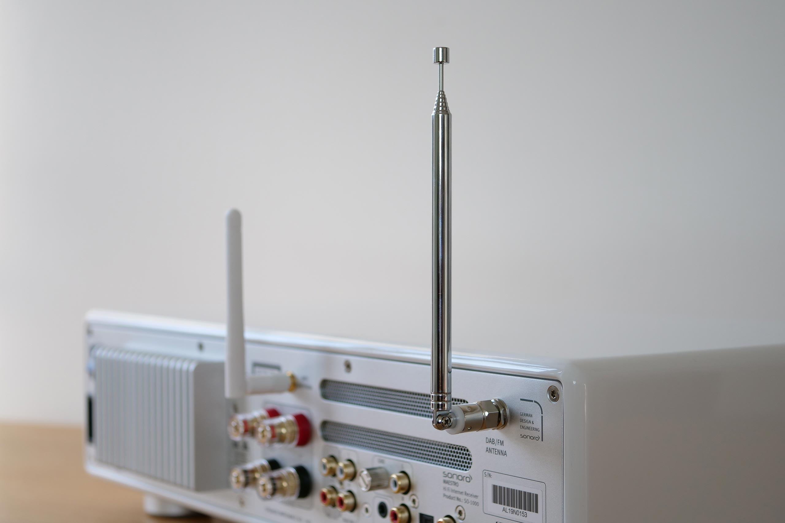 Deux antennes sont vissées à la Maestro: une pour le WiFi, l'autre pour les tuners FM/DAB+.
