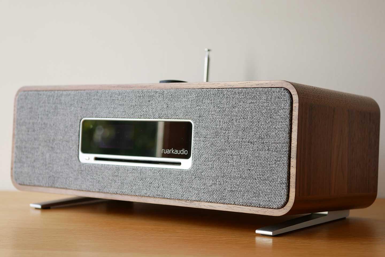 La mini chaîne HiFi Ruark Audio air trois et très compact avec ses deux haut-parleurs intégrés son écran en façade et son lecteur CD
