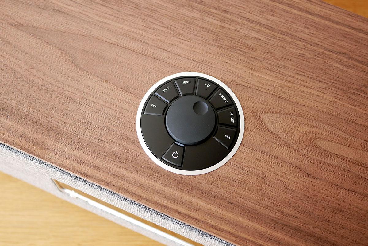 Boutons de commande sur le dessus de l'appareil pour les fonctions principales. Une disposition en cercle très ergonomique.