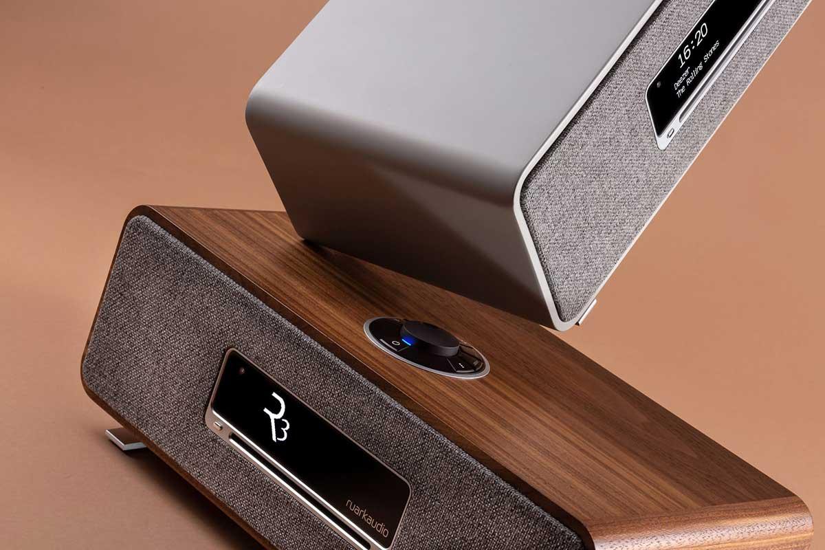 Les deux coloris proposés pour la mini-chaîne HiFi Ruark Audio R3 : peinture gris mat ou placage en bois véritable.
