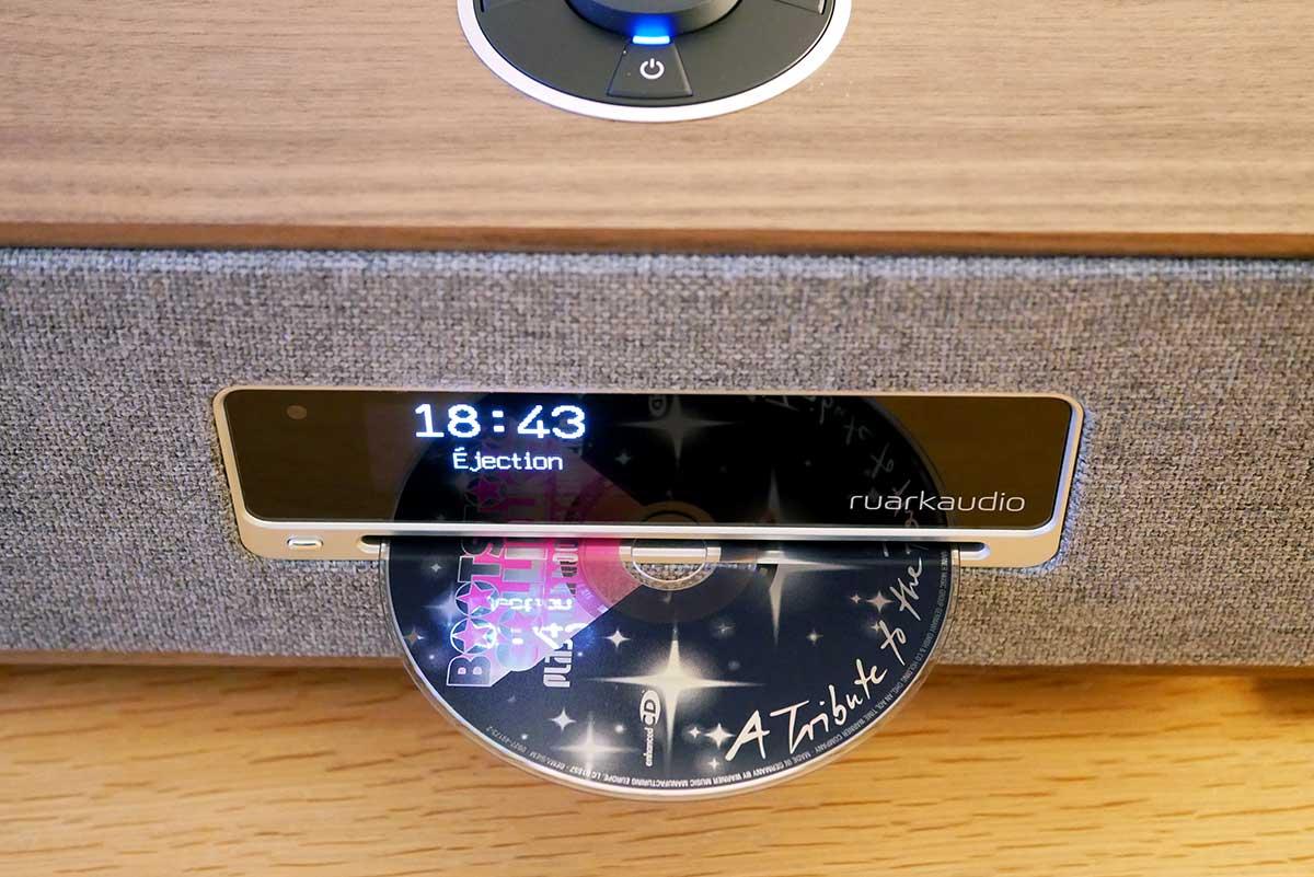 Sur la face avant l'écran d'information et la fonte du lecteur de CD audio