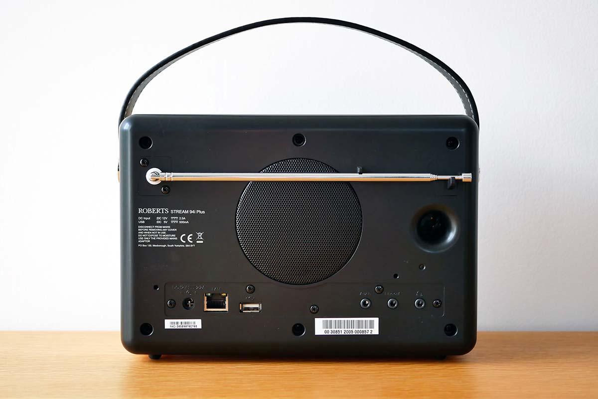Le réseau et l'USB d'un coté, les prises audio de l'autre. Le nécessaire est bien là