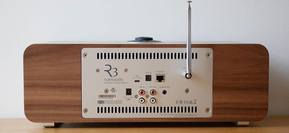 L'ensemble de la connectique est centrée: la fiche d'alimentation sur la gauche, les prises audio IN et OUT, USB et réseau au centre, l'antenne pour les tuners radio FM/DAB+ à droite.