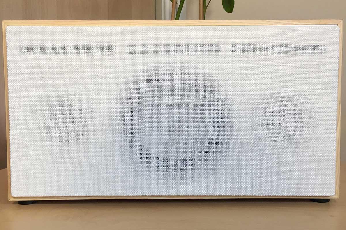 La boite concept PR/01 face avant avec son cache en tissu acoustique, fixation par aimant