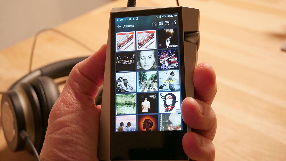 Une prise en main agréable, les doigts ne masquent pas l'écran malgré un appareil de petite taille