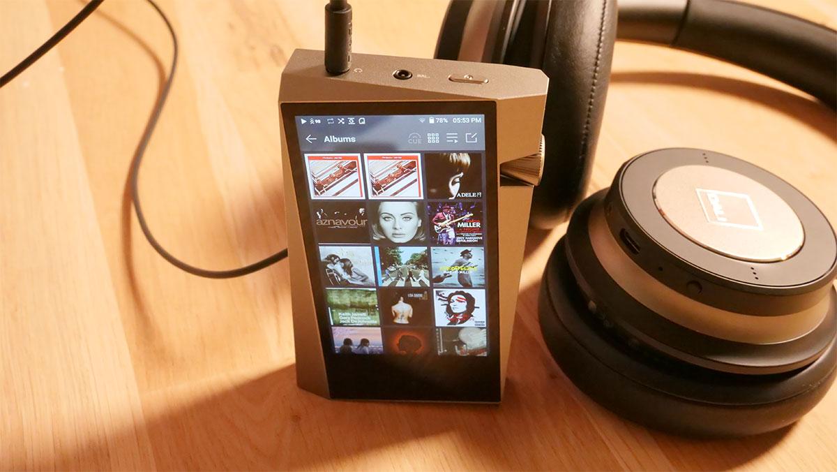 Écoute du baladeur HiFi audio SR25 d'Astell & Kern avec le casque Dali IO-6