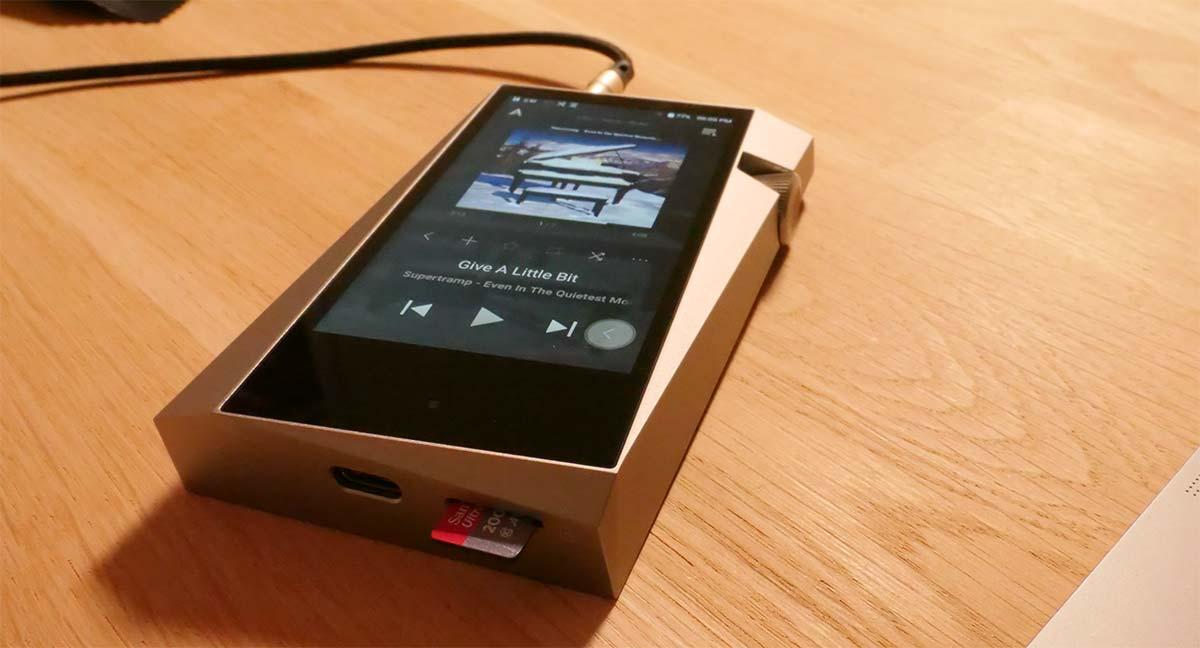 La connecteur USB-C pour la charge, transfert fichier et DAC audio USB. Le lecteur de carte mémoire mSD