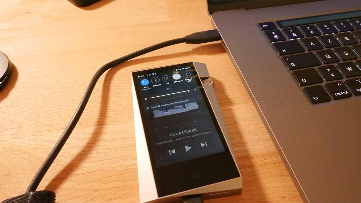 Branché sur l'ordinateur Mac ou Windows, le SR25 est un DAC audio USB de qualité