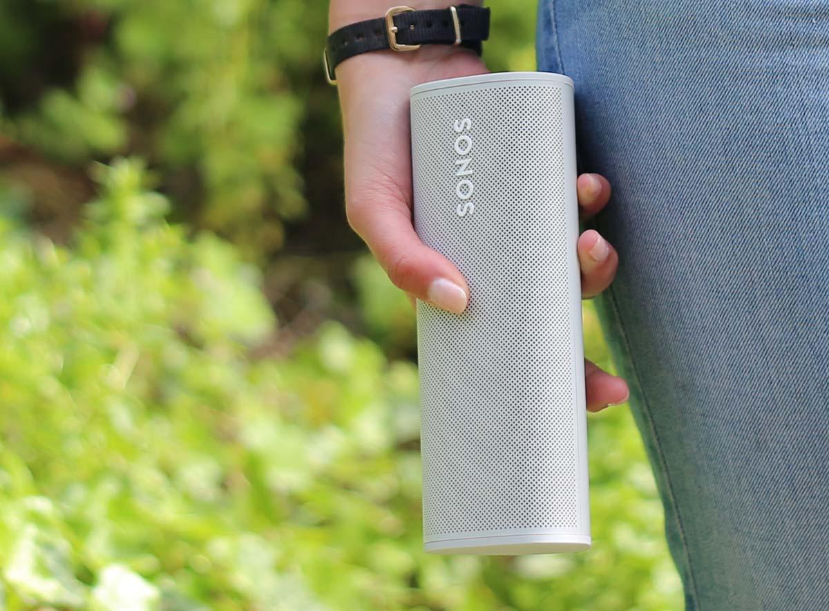 L'enceinte Sonos Roam annoncée comme le produit de l'été par sa batterie et sa robustesse aux chocs ou à l'eau.