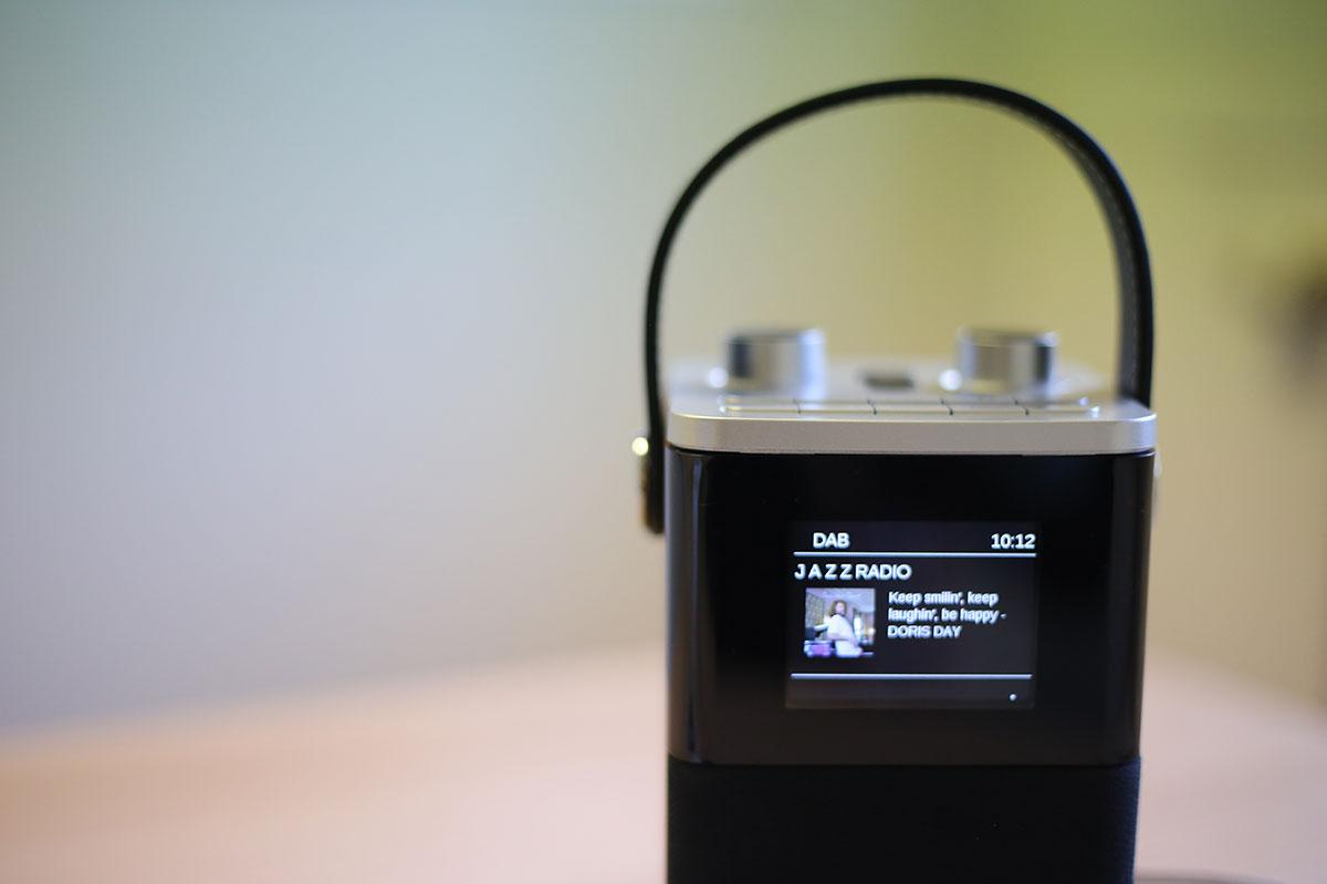 La radio Robert Blutune T2 disposant d'un écran sur le dessus