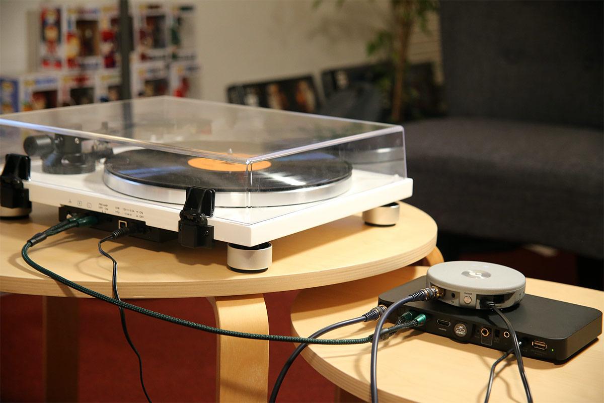 La platine vinyle est branchée en analogique RCA. La lecteur réseau est branché en numérique optique.