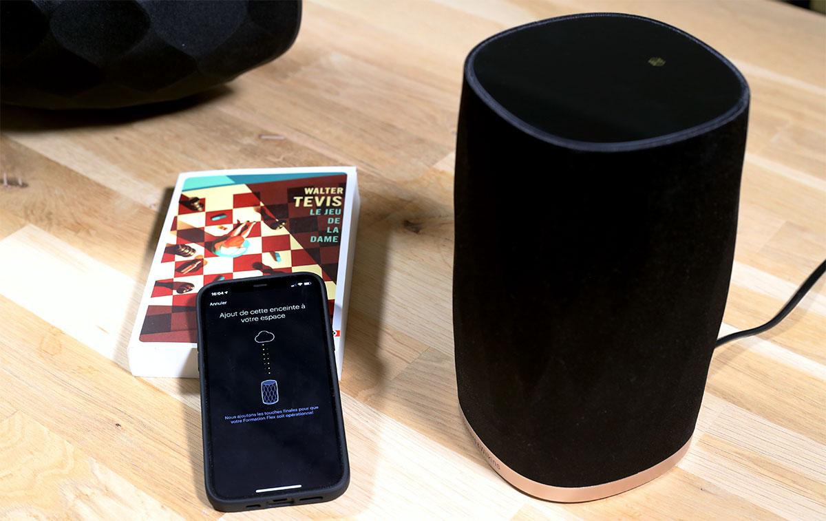 Par la connexion WiFi du smartphone, l'application configure l'enceinte B&W Formation Flex sur le réseau domestique.