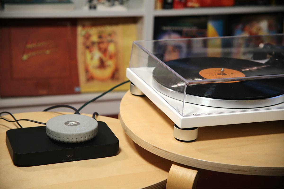 La station d'accueil Dali avec le lecteur réseau Audio Pro Link 1 et la platine disque vinyle Sonoro