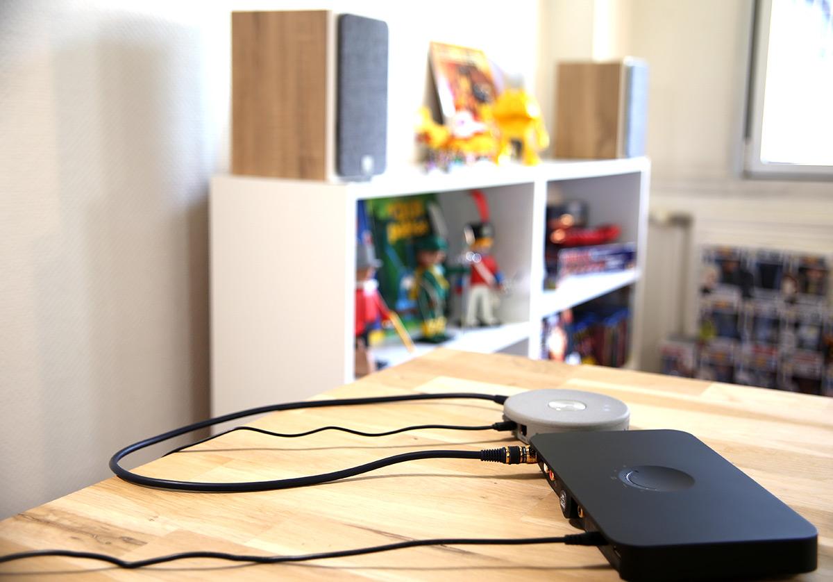 Le hub Dali avec un le lecteur réseau Audio Pro Link déporté. Les enceintes Oberon 1C sont à quelques mètres en liaison sans fil sur un autre meuble au fond de la pièce