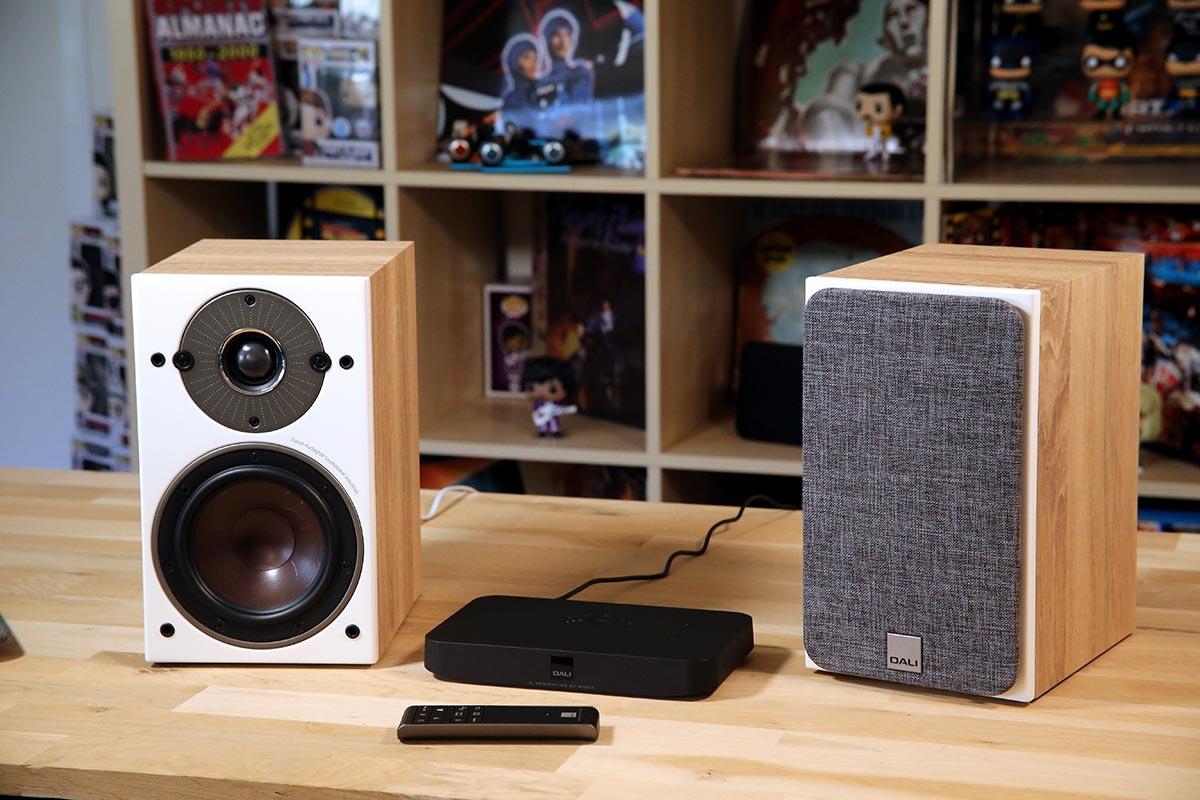 Le pack Dali avec le concentrateur Sound Hub Compact et les enceintes actives bibliothèques Oberon 1C.