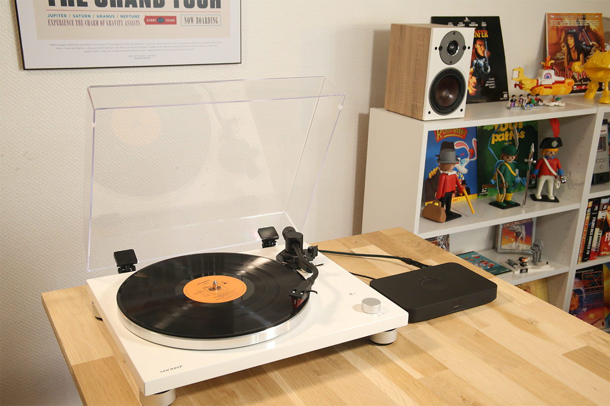 Au premier plan la platine vinyle Sonoro avec le hub. Au second plan les enceintes actives Oberon 1C